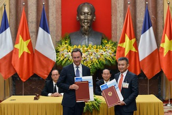 From left: François Hollande, president of France; Fabrice Brégier, Airbus president and CEO, Tran Dai Quang, president of the Socialist Republic of Vietnam, and Duong Tri Thanh, president and CEO of Vietnam Airlines, at the Memorandum of Understanding signing